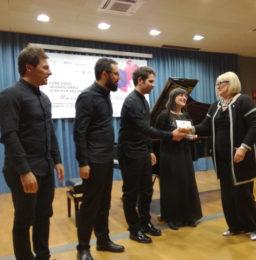 Loredana Colamasi, Presidente del Lions Club Latina Host, consegna il premio del pubblico