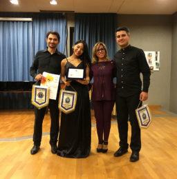 Il Presidente del Lions Club Latina Host, avv. Sonia de Sanctis, con i vincitori del Premio del Pubblico