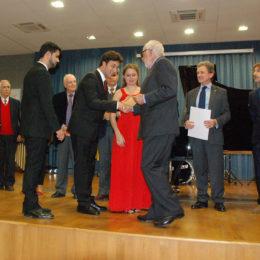Il dott. Giovanni Antonelli premia il Trio Pragma